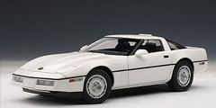 1/18 AUTOart 1986 CHEVROLET CORVETTE - WHITE Diecast Car Model 71243
