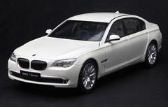 KYOSHO 1/18 BMW 760Li (F02) (WHITE) DIECAST CAR MODEL