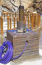 Photo of steel plates and unmodified tensioning jack.