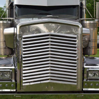 Kenworth W900L Angled Louvered Grill With 16 Bars Close Up