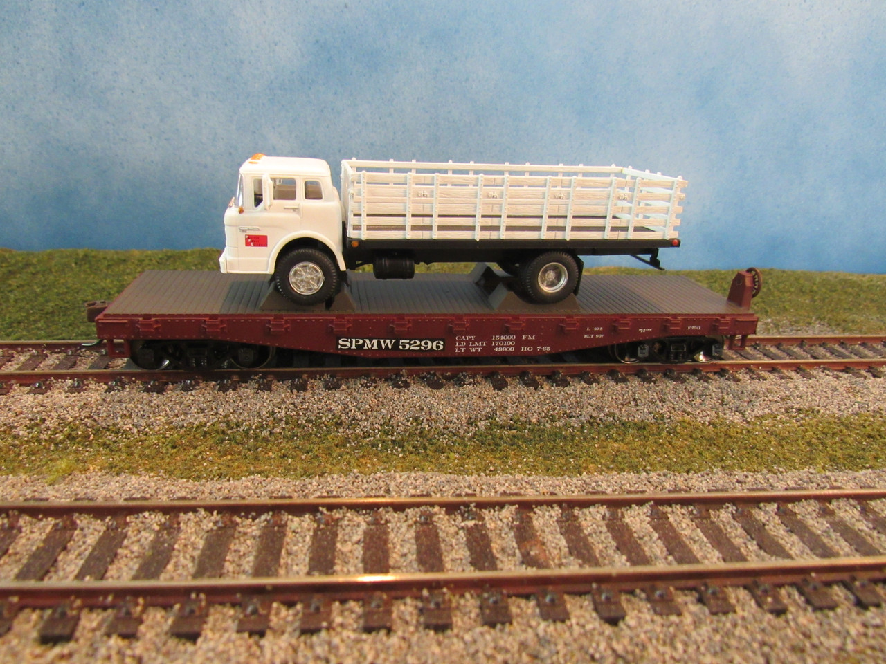 Athearn HO Scale 40ft Flat with Ford C Stakebed Southern