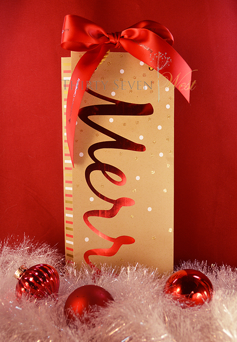 Down to earth and yet minimalist in style is easily accomplished in your company's Christmas and Hanukkah gifts with kraft bags, gift boxes, and gift wrap.  Put a bright red bow with your custom logo ribbon and you have an eye catcher anywhere!