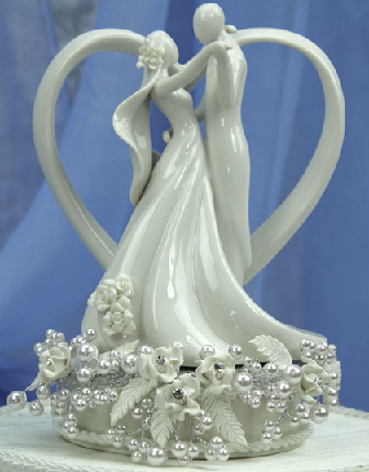 vintage-look-wedding-cake-topper-with-heart-and-coupl.png