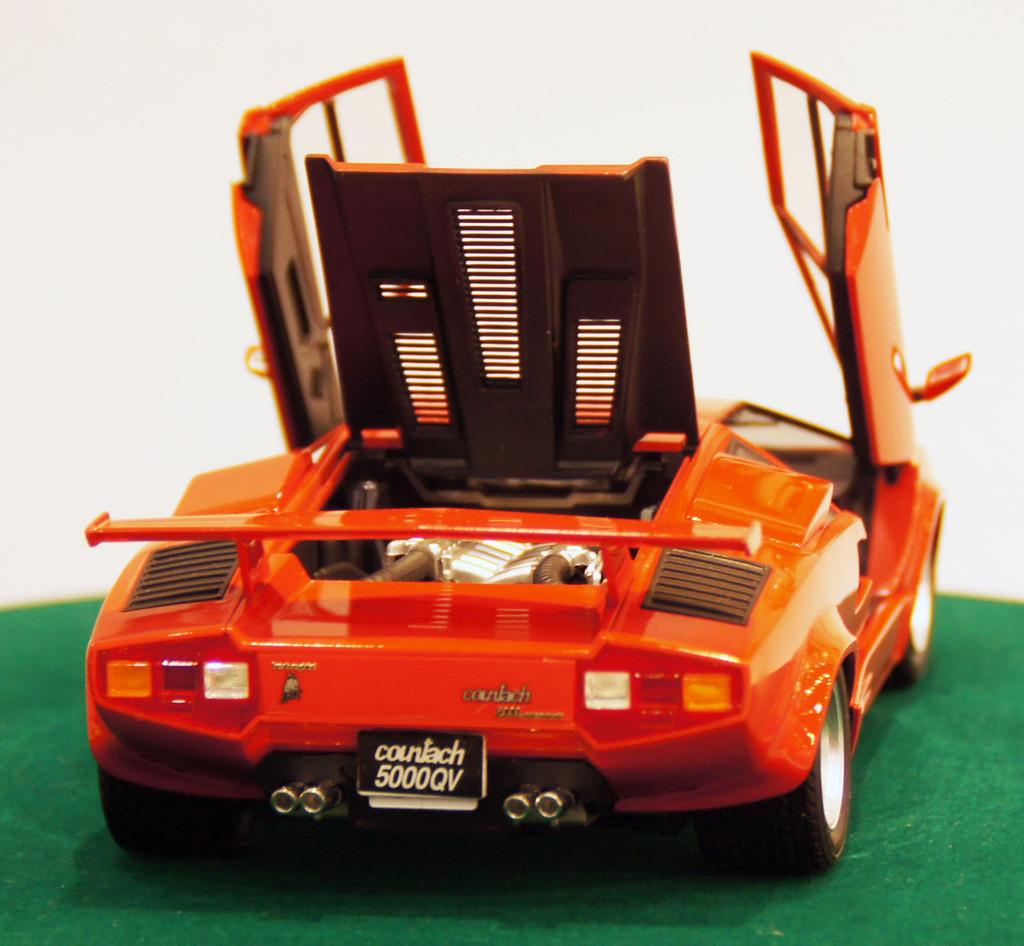 Aoshima 11546 Lamborghini Countach 5000 Quattrovalvole Injection Version 1/24 Scale Kit