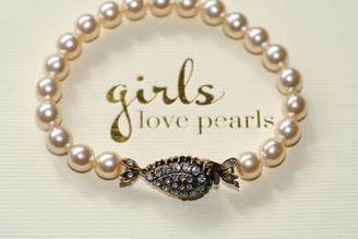 Vintage inspired pearl bracelet with vintage gold coloured clasp