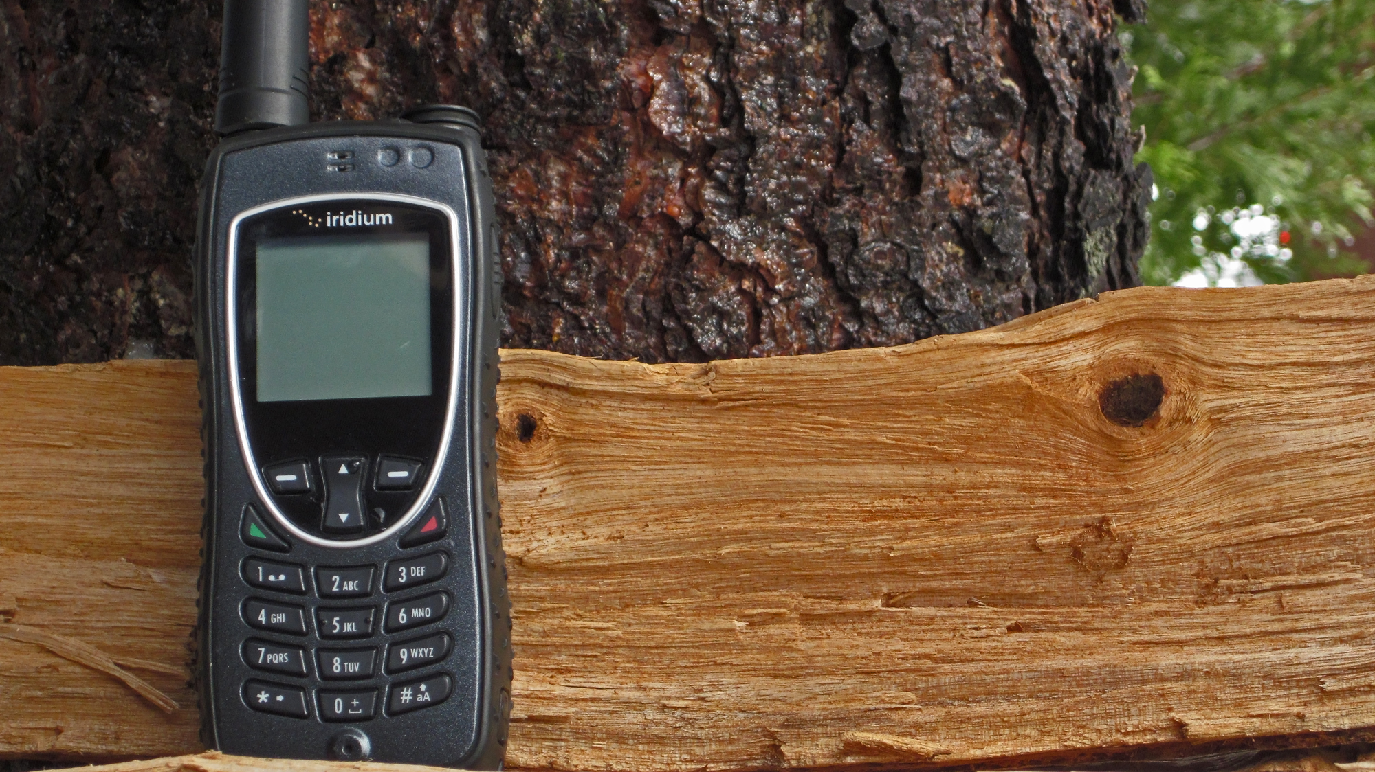 iridium-9575-extreme-satellite-phone-laying-in-a-tree-northernaxcess.jpg