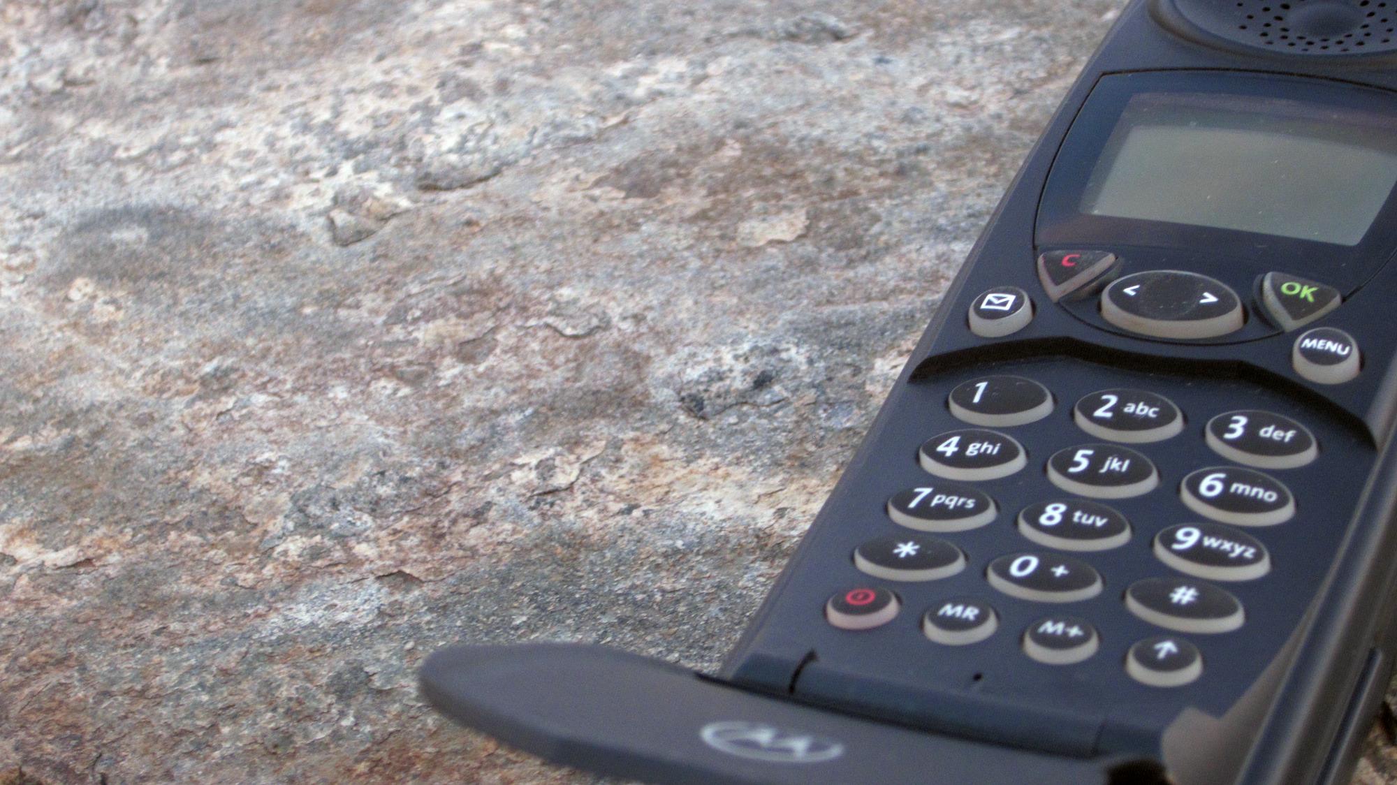 iridium-motorola-9500-sat-phone-laying-in-a-rock.png