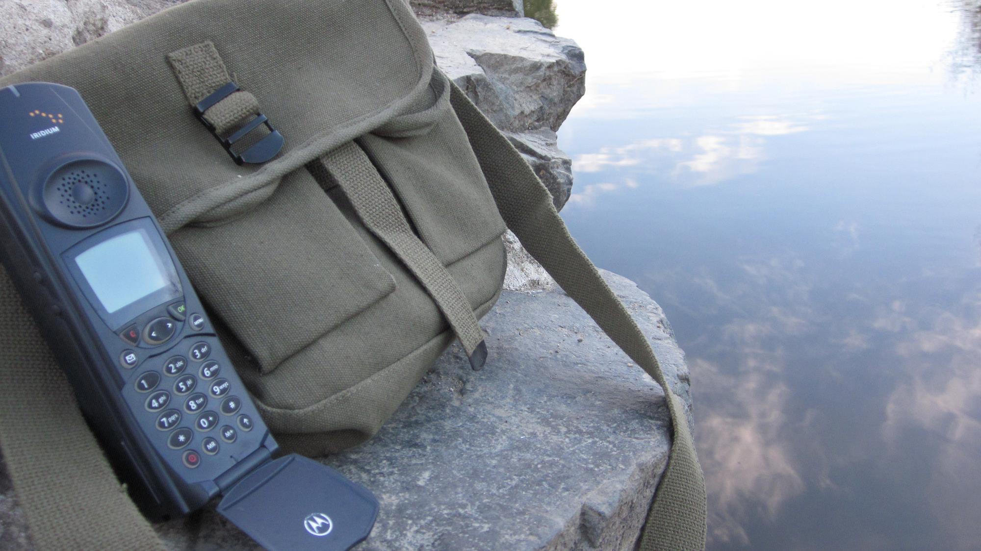 iridium-motorola-9500-satellite-phone-with-carrying-case.png