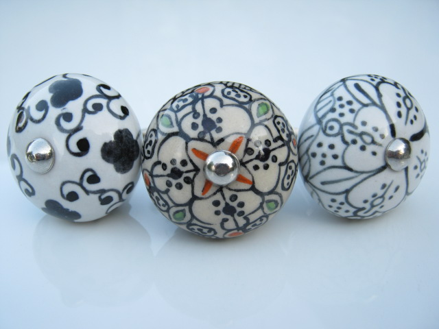 Ceramic Knob Black & White with green and red tints