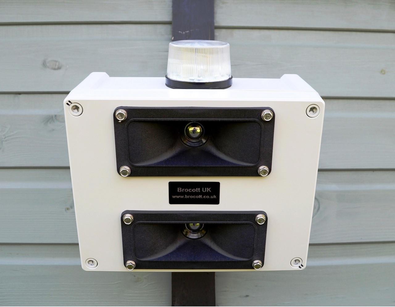 Ultrasonic repeller, bird repeller, ultrasonic generator