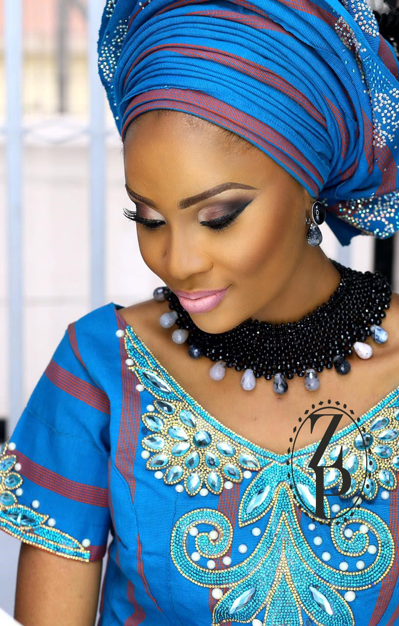 aso-oke-model-yoruba-woman-wedding-outfit-gelel-jewelry-beads-zuri-perle.jpg