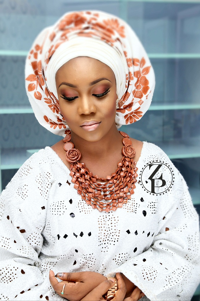 white-and-brown-aso-oke-nigerian-wedding-outfit-makeup-and-wedding-beads-zuri-perle.jpg