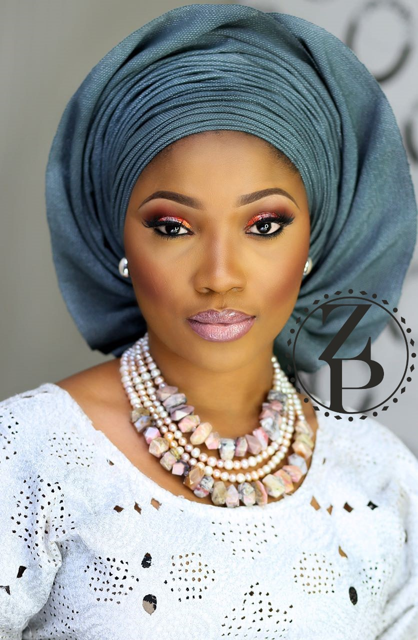 white-aso-oke-grey-gele-nigerian-yoruba-woman-in-wedding-beads-jewelry-zuri-perle.jpg