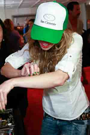 AnnaLynne McCord tries Knife.jpg