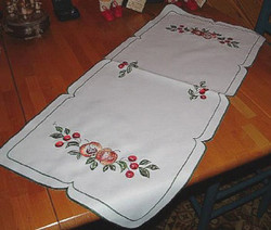 Apple Wreath Cloths Runner
