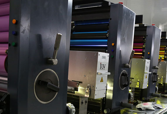 Offset printing machine with multiple color runs