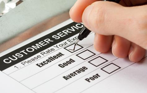 Diner providing feedbackfor restaurant customer service