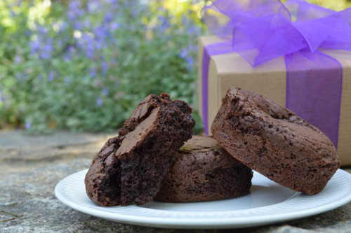 Sent to home or office, this gift box of dark chocolate brownies will be a welcome gift.