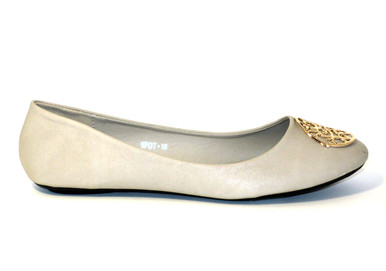 The Caroline is a cute ballet flat in nude featuring a gold metal medallion. A basic for any wardrobe, pair it with a skirt, a light dress or jeans.