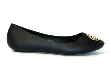 The Sophie is a cute ballet flat in black featuring a gold metal medallion. A basic for any wardrobe, pair it with a skirt, a light dress or jeans.