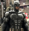 BATMAN HOT TOYS TACTICAL BATSUIT VERSION SIXTH SCALE FIGURE - JUSTICE LEAGUE MMS