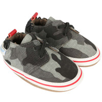 Baby shoes in grey camouflage with red highlights.