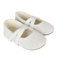Girls baby shoes in white suede and faux fur lined.