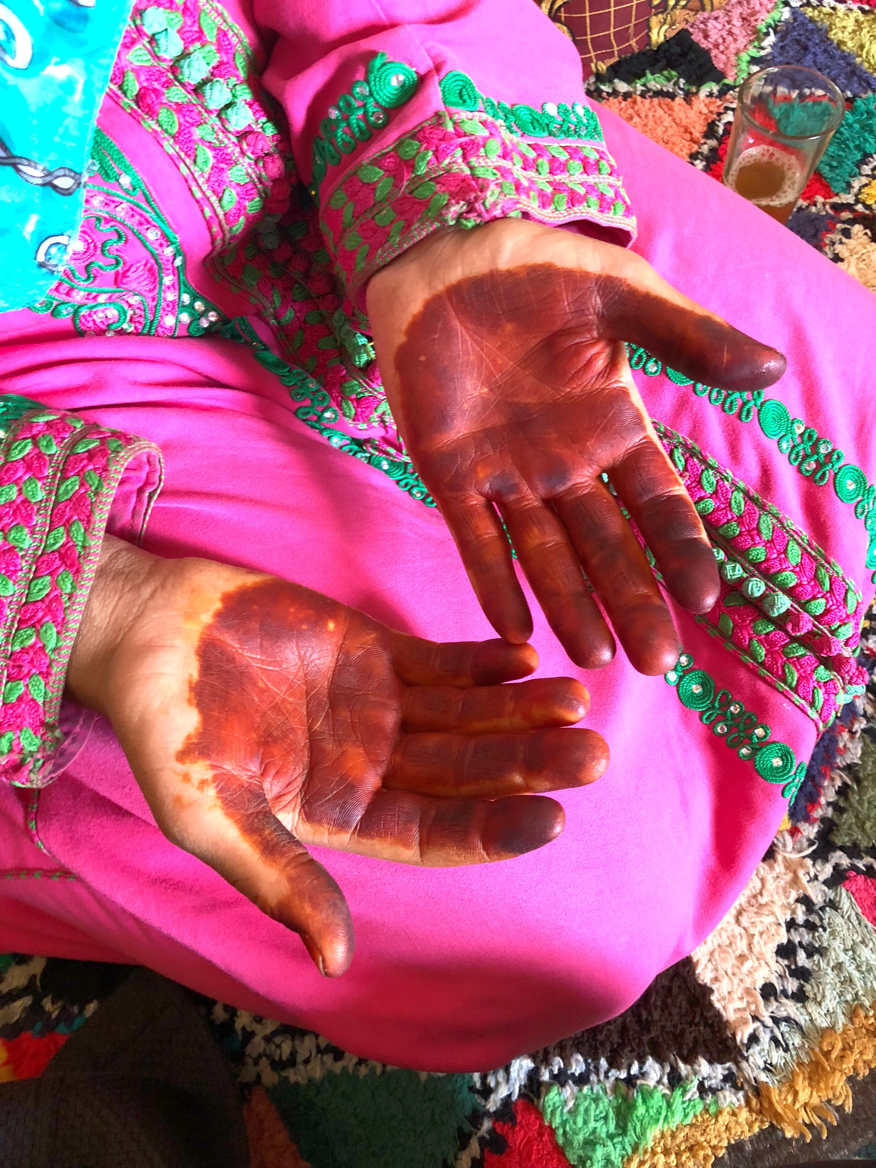 henna-hands-morocco-sahara-tazarine-mehndi-powder-red-tattoo-art-artist-traditional-beauty-hair.png